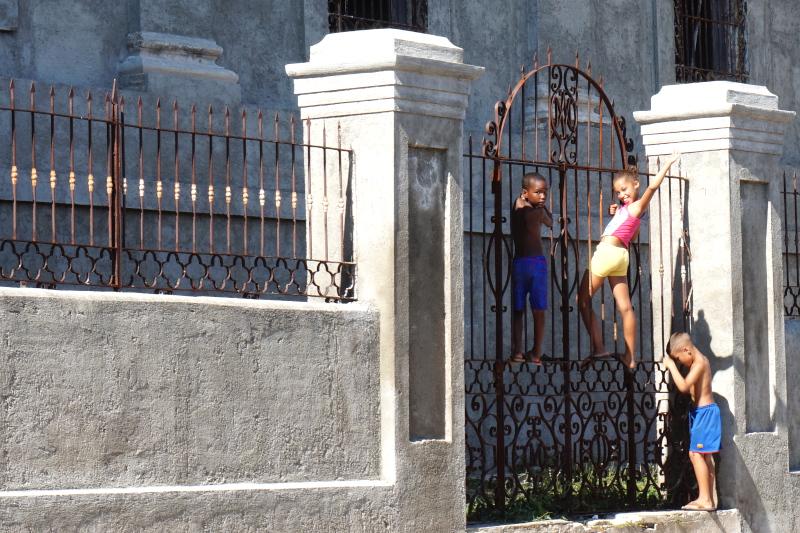 BeMyMajorAdventure_Blog_Voyage_Cuba_Cienfuegos_Rues_Enfants